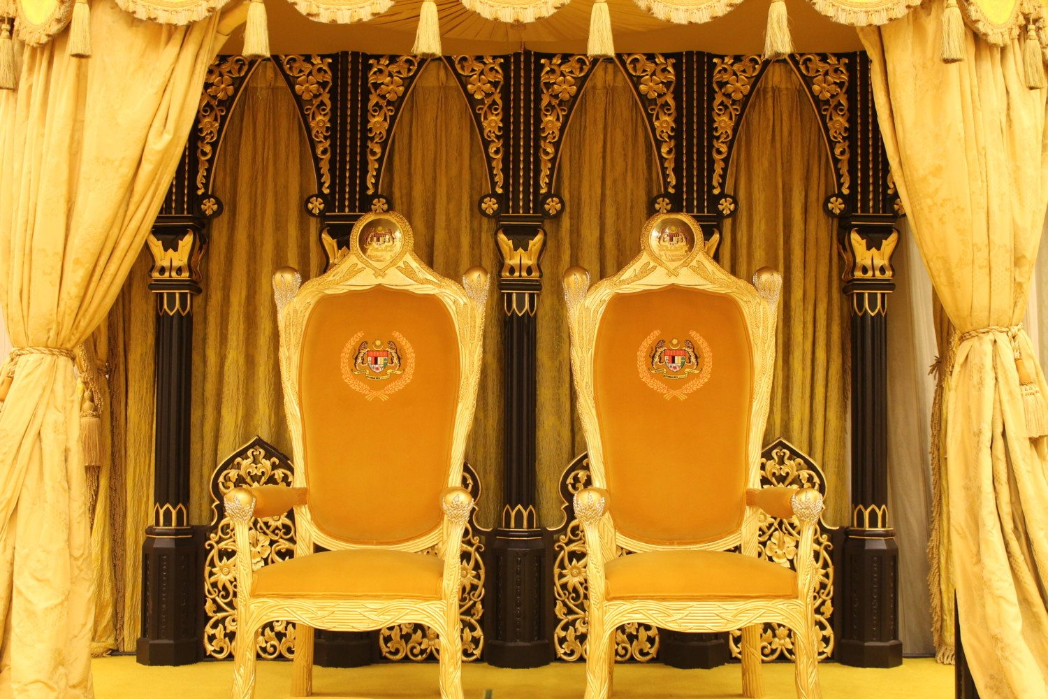 32060033613_a060039258_o_royal-throne1
